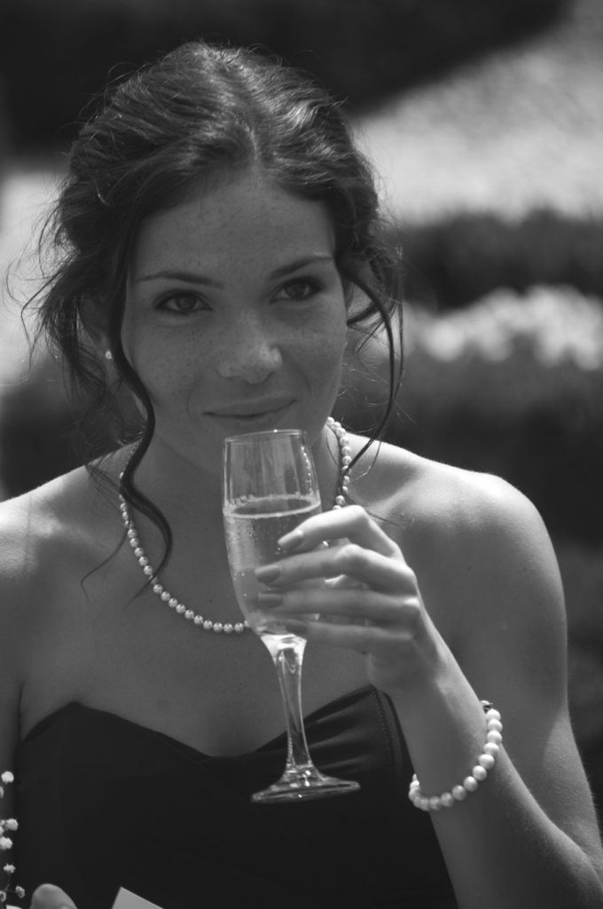 bridesmaide-drink-wedding-photo